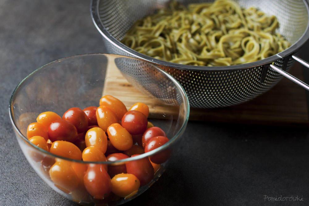 pomidory koktajlowe i ugotowany makaron