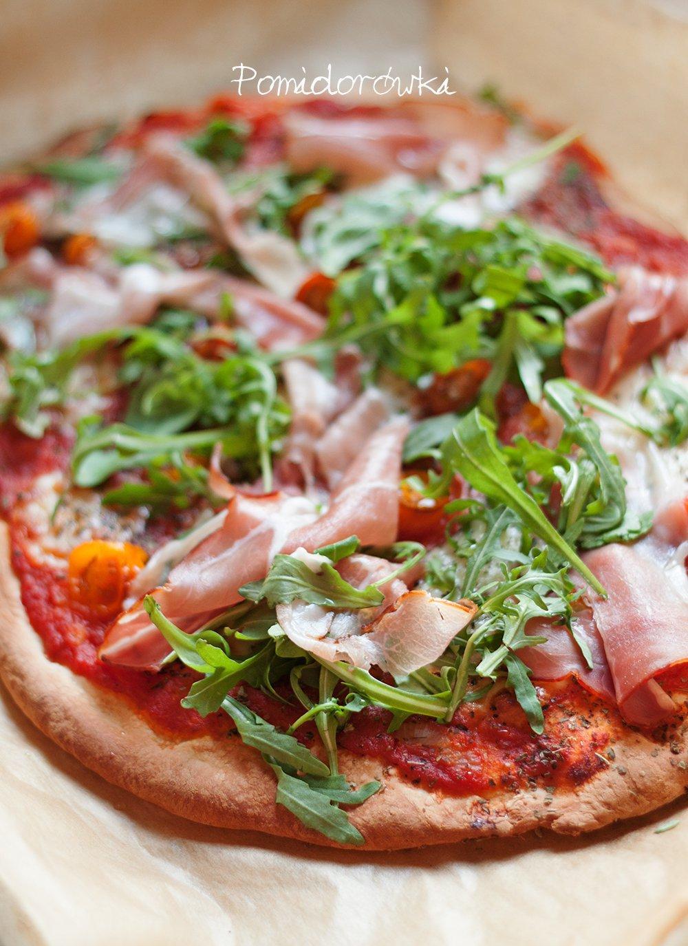 Gotowa pizza z szynką i rucolą