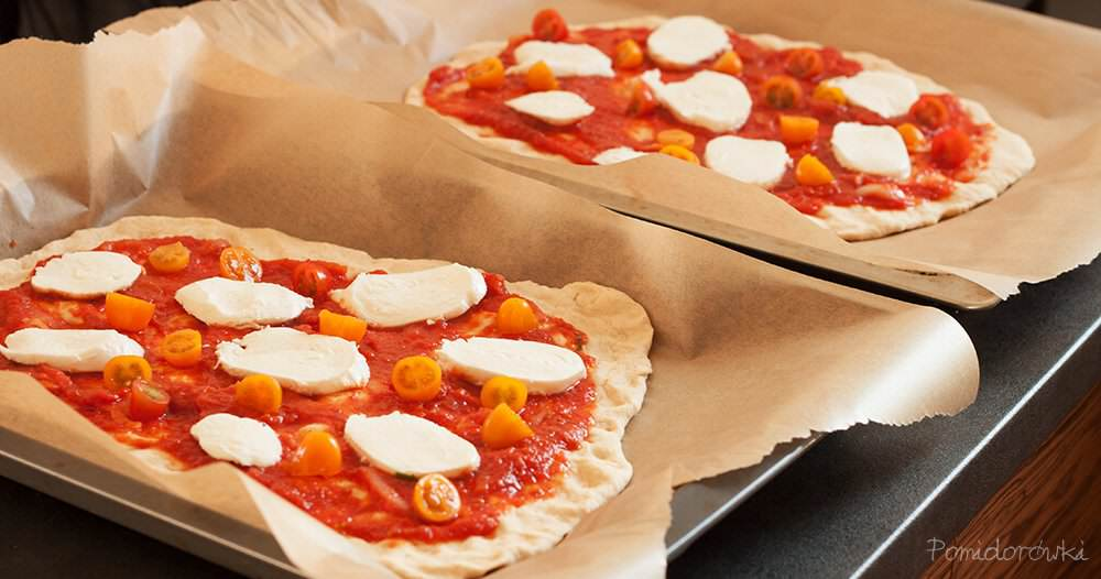 Placki ciasta na pizzę z sosem pomidorowym mozzarellą i pomidorkami