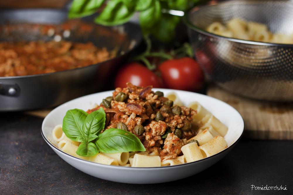 makaron z mięsem sosem pomidorowym i kaparami