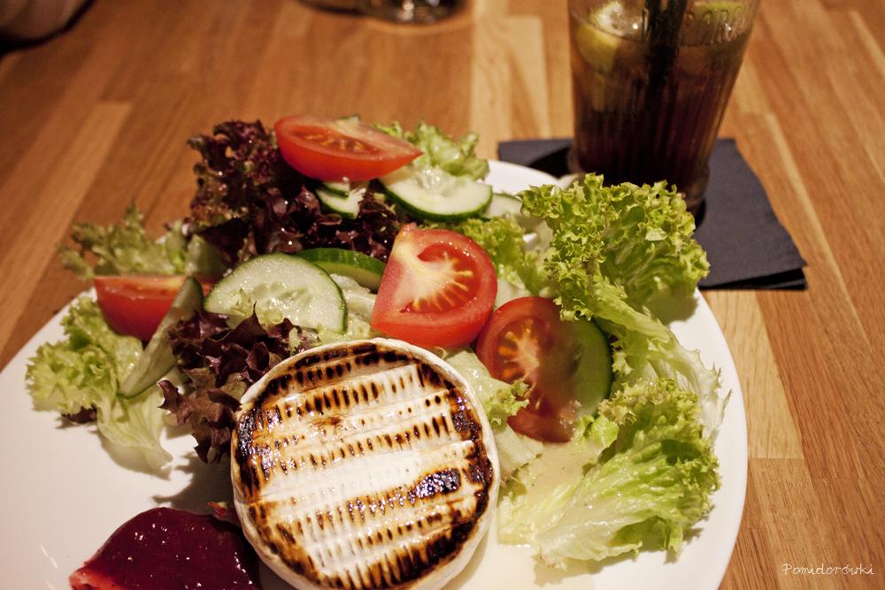 Smazony camembert z sałatką