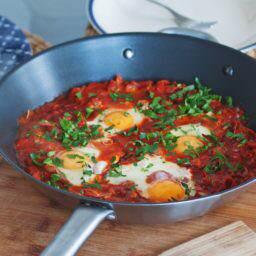 Jajka sadzone w pomidorach, czyli moja wersja szakszuki