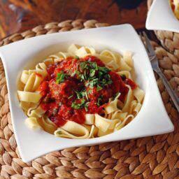 Wołowe klopsy w sosie pomidorowym podane z tagliatelle