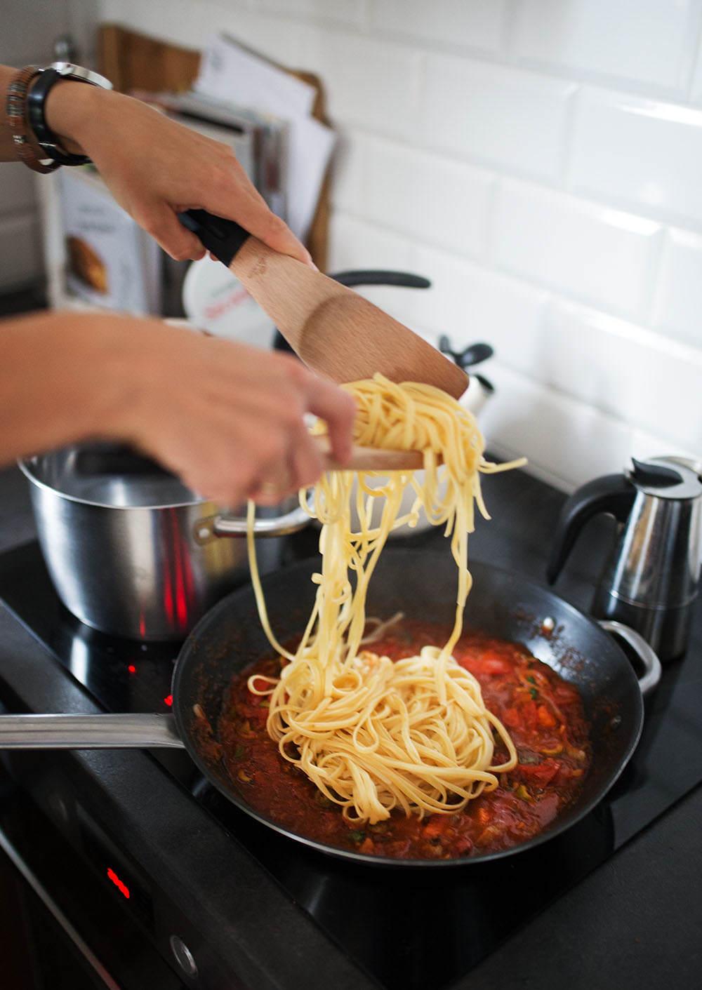 dodajemy makaron do sosu pomidorowego2
