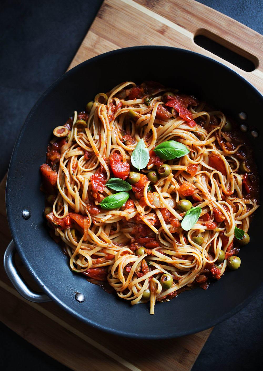 marakon z sosem pomidorowym z listaki bazylii