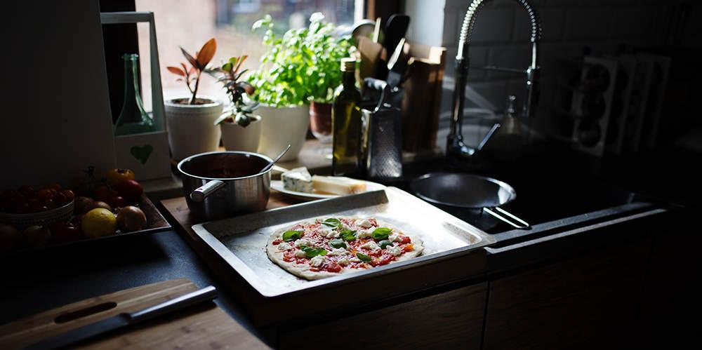 Pizza w mojej kuchni w tle okno