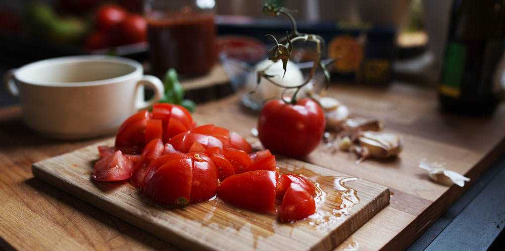pokrojony pomidor na blacie