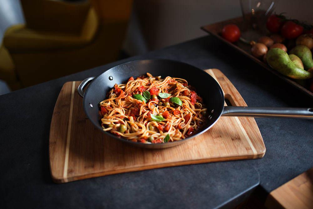 gotowe danie makaron z sosem pomidorowym na patelni