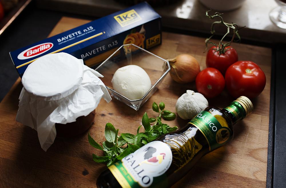 składniki na makaron z sosem pomidorowym