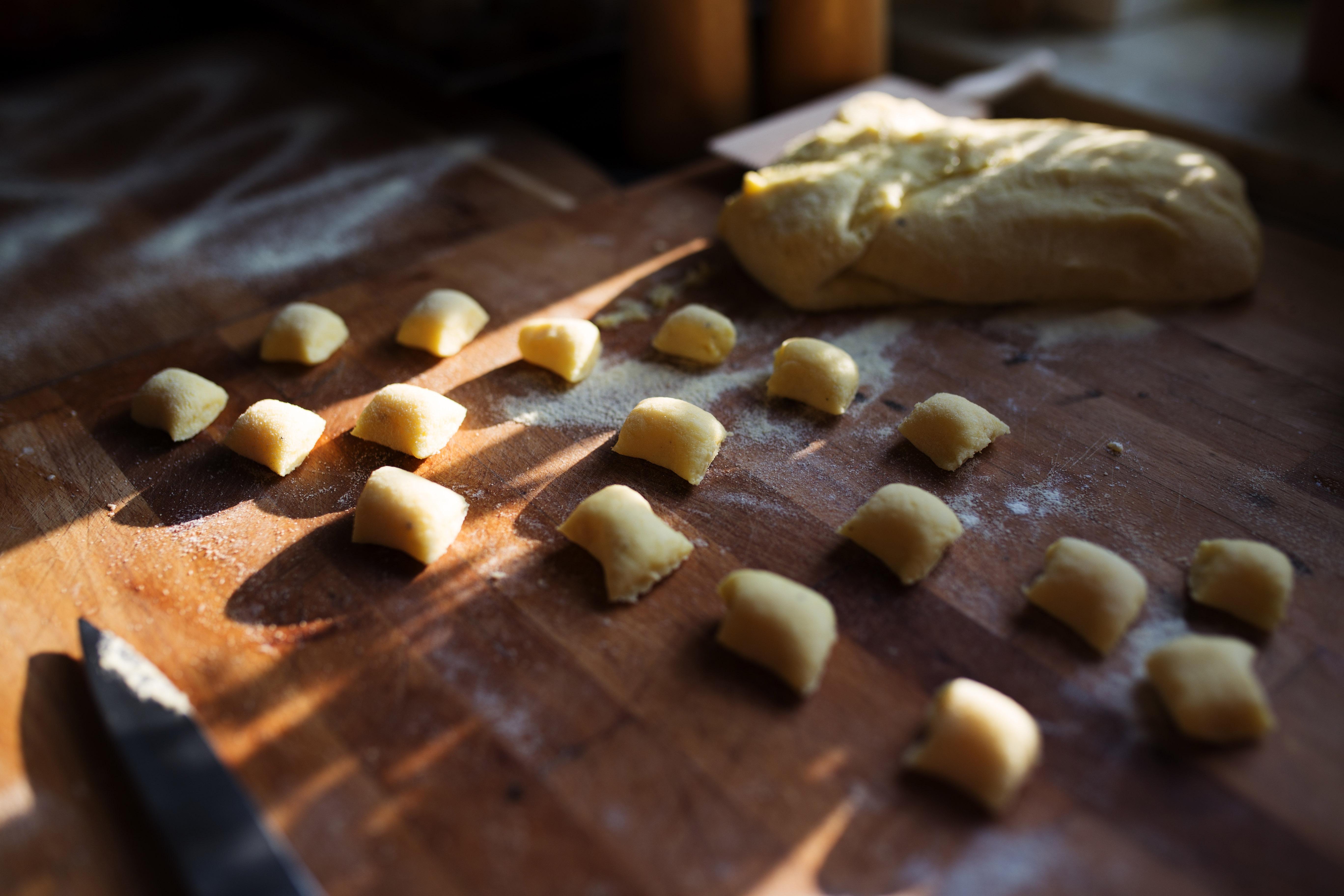 krojenie ciasta na gnocchi nożem