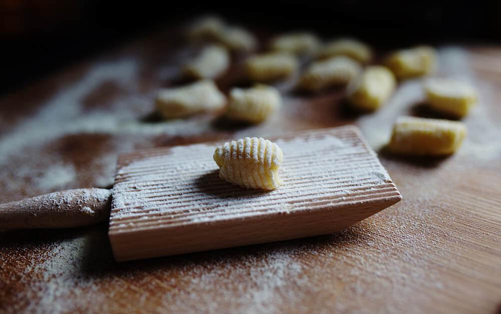 wałkowanie kluseczek gnocchi na deseczce