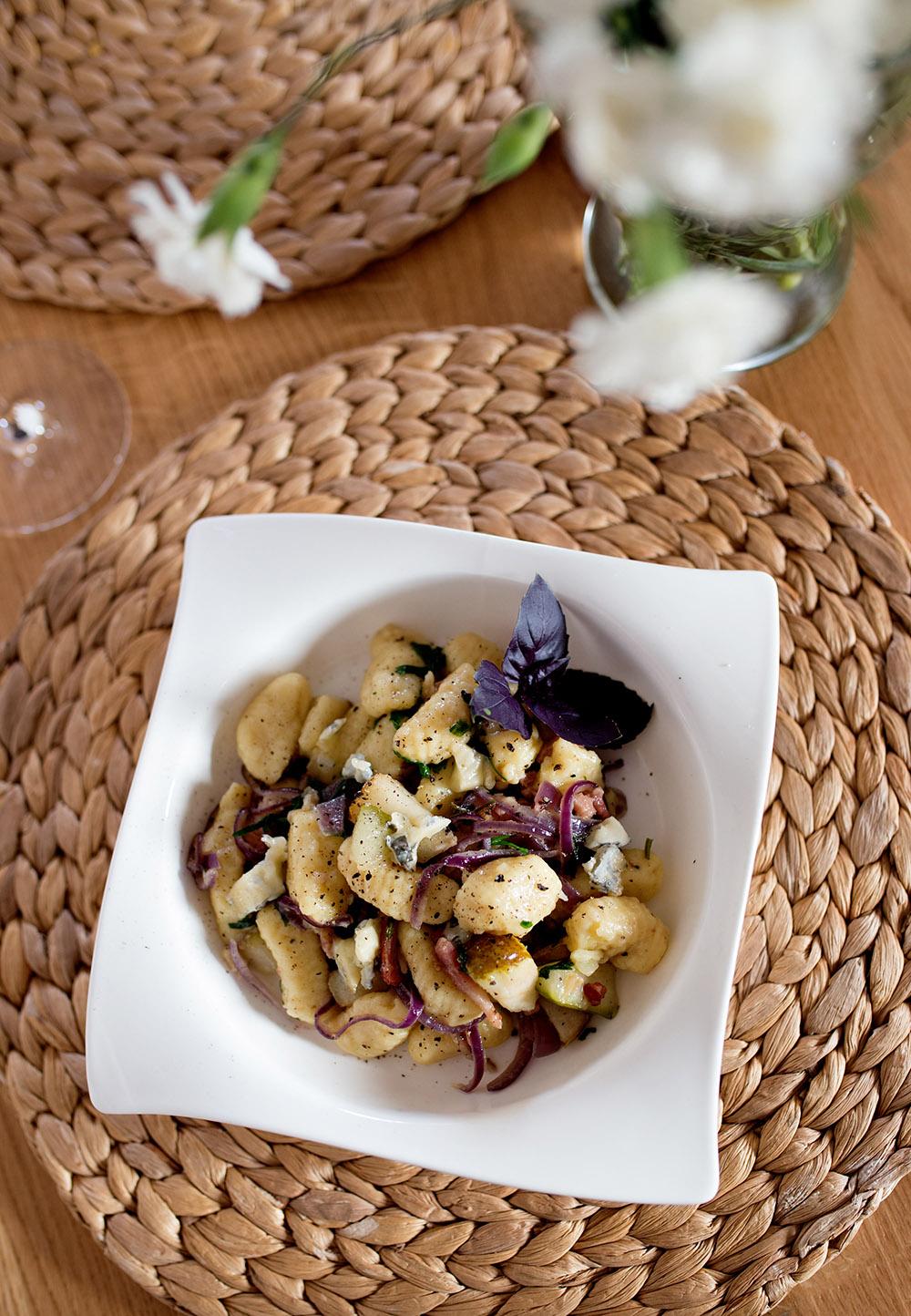 Gnocchi z boczkiem, czerwoną cebulą, gruszką, natką pietruszki i niebieskim serem