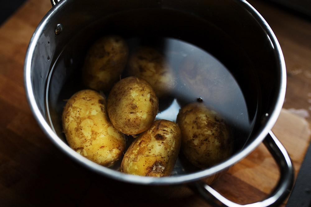młode ziemniaki w garnku z wodą