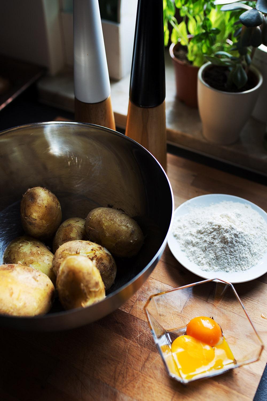 Składniki na gnocchi ziemniaki mąka żółtka