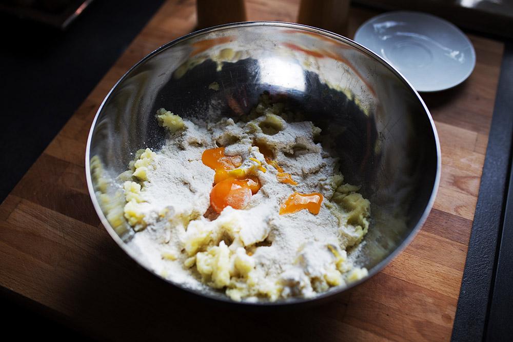składniki na ciasto na gnocchi w misce przed wymieszaniem