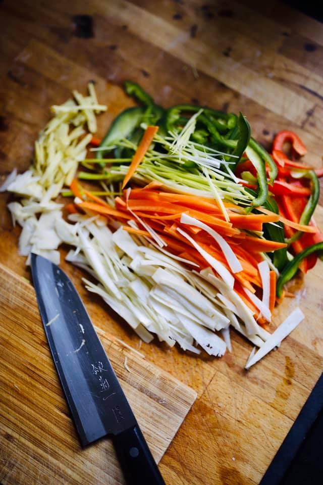 Surowe warzywa pocięte w cieniutkie paseczki na azjatycki makaron z warzywami