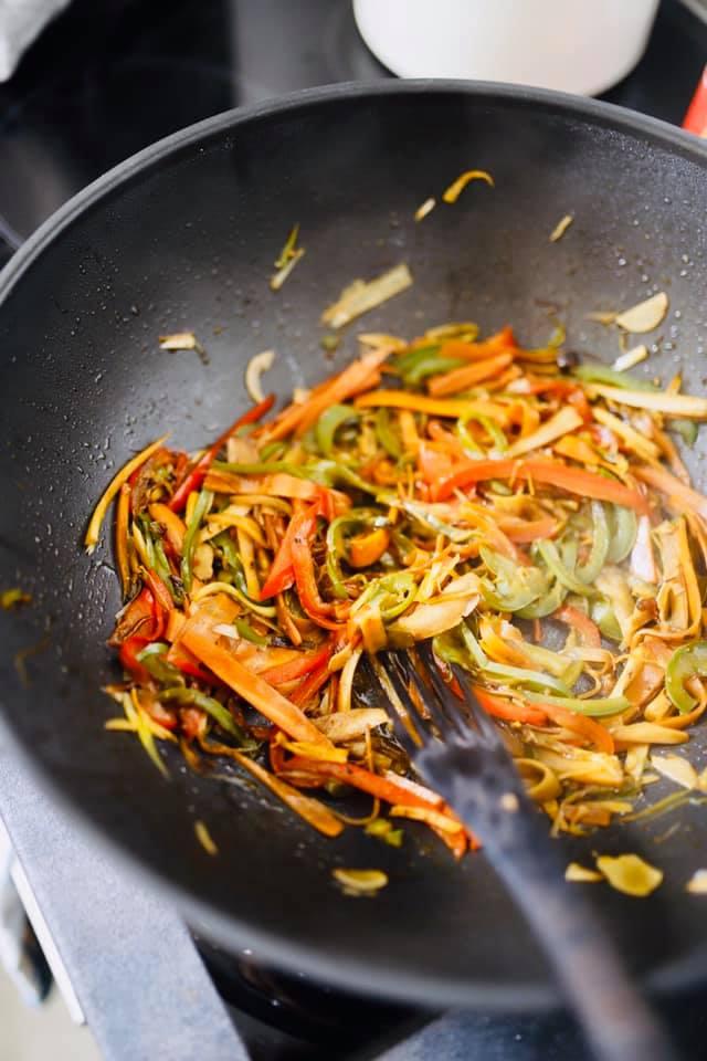 warzywa smażone w woku na azjatycki makaron z warzywami